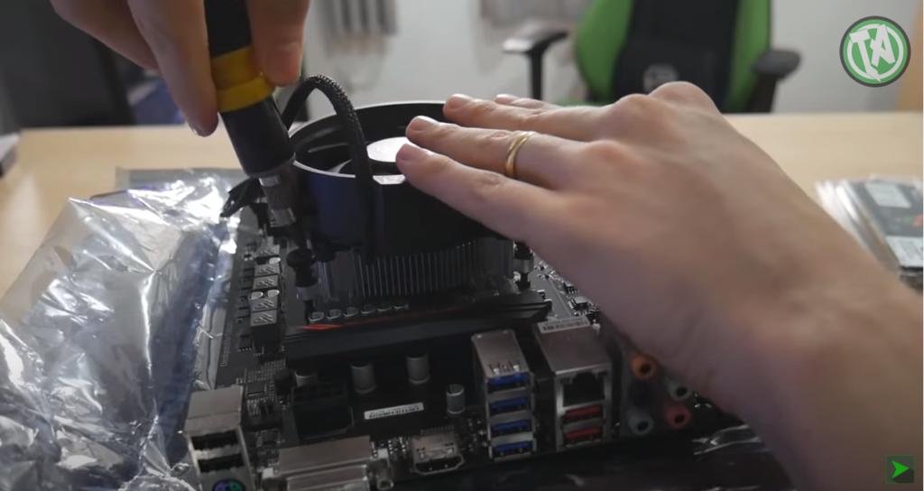 Parafusando o cooler sobre o processador
