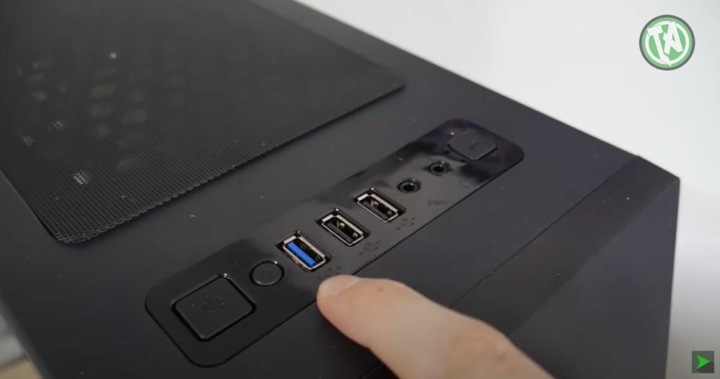 Detalhe dos controles e USBs frontais