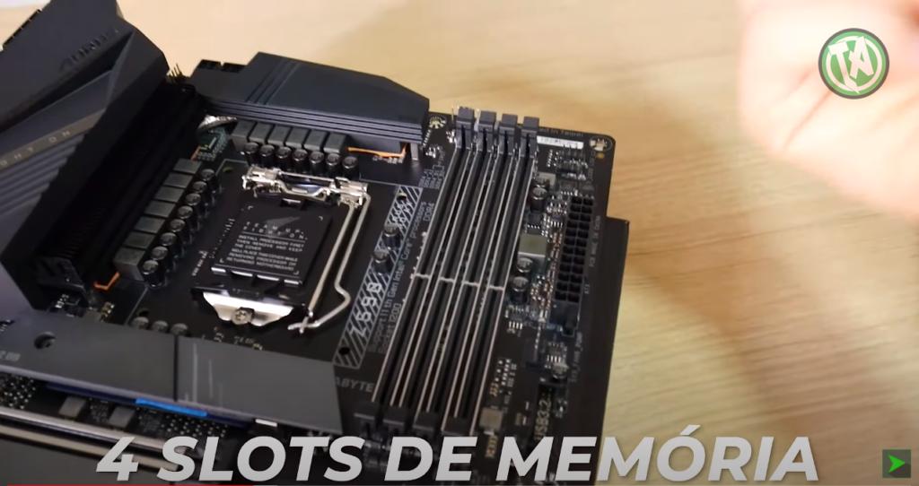 4 slots de memórias RAM